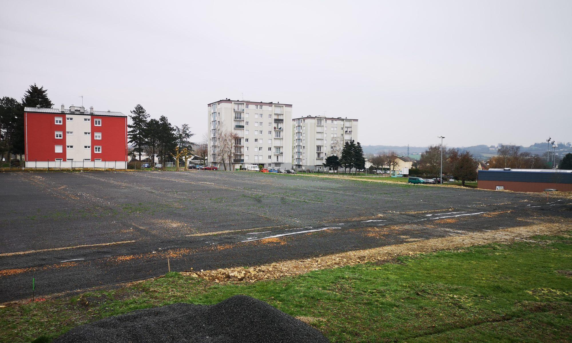 Construction en cours du terrain synthétique à Nogent-le-Rotrou